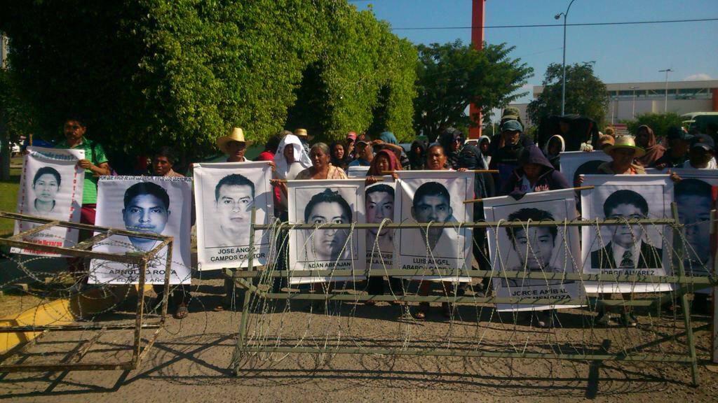 """VIDEO: Al grito de """"asesinos"""" padres de normalistas protestaron en base del 27º Batallón de Infantería"""