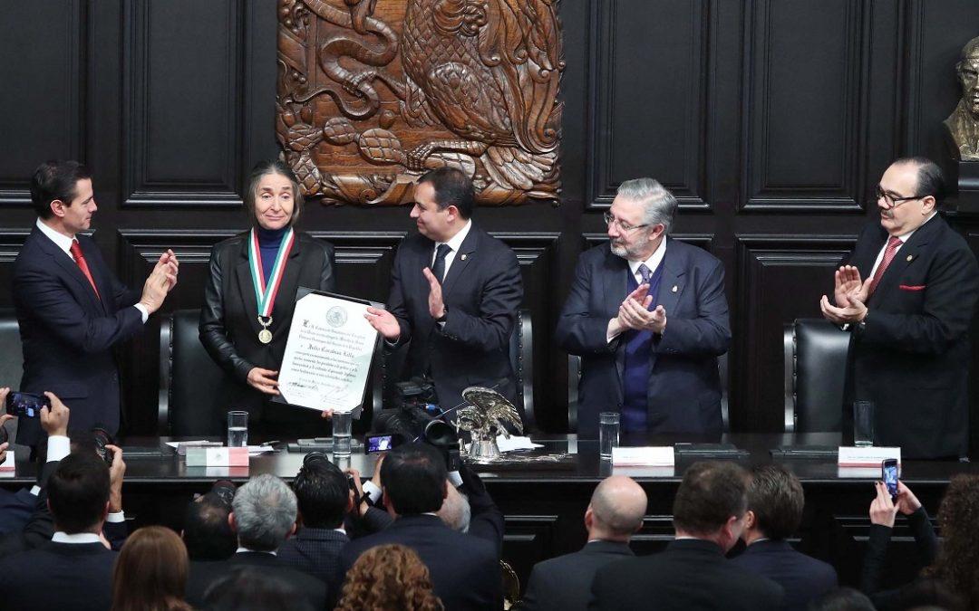 JULIA CARABIAS LILLO RECIBE MEDALLA BELISARIO DOMÍNGUEZ