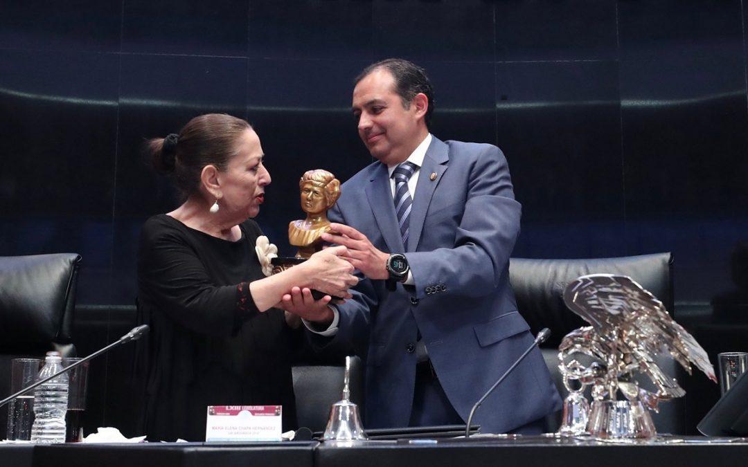 ENTREGAN A MARÍA ELENA CHAPA EL GALARDÓN ELVIA CARRILLO PUERTO