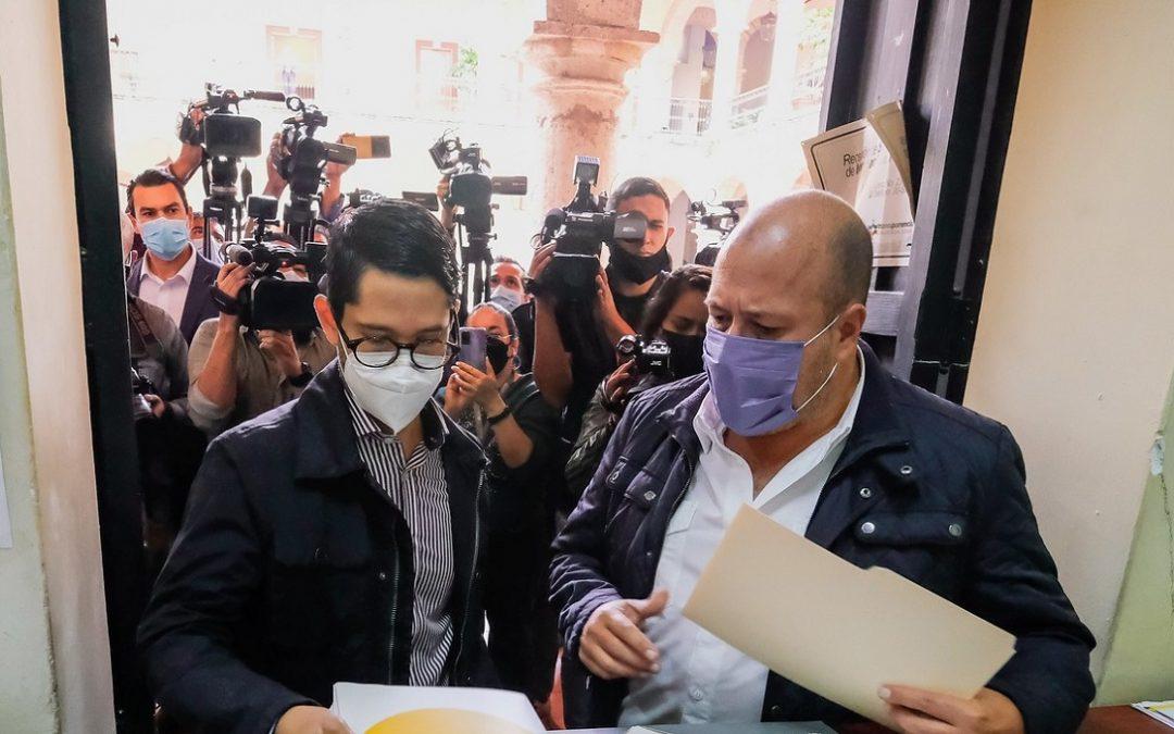 GOBERNADOR ENTREGA INICIATIVA PARA PONER FIN A LAS PENSIONES DORADAS