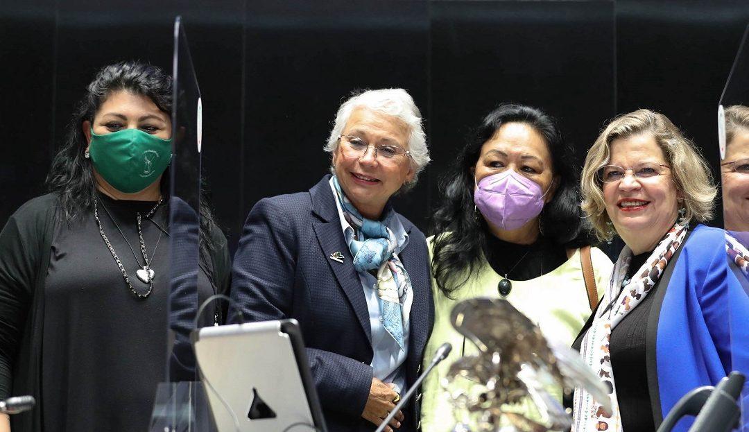 DAPTNHE CUEVAS Y LAURA MARTÍNEZ RECIBEN GALARDÓN ELVIA CARRILLO PUERTO